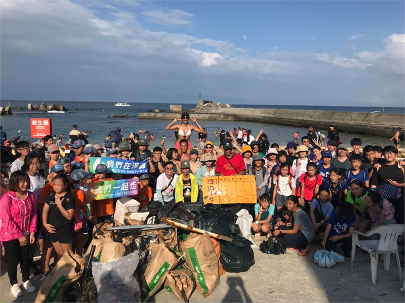 The participants of the first beach cleaning event in Little Liuqiu took a picture together.